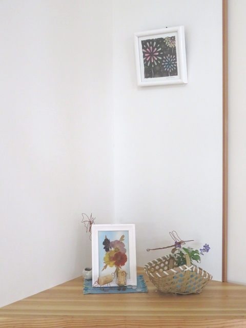 壁にかかったパステル画