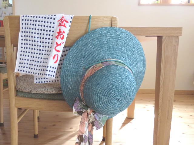 椅子にかけられた青い麦わら帽子