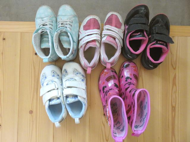 たくさん並んだ子供靴