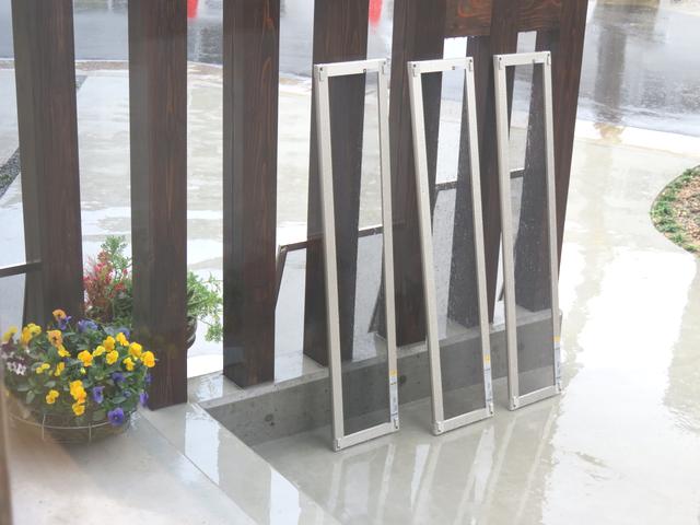 並べられた網戸が雨に濡れる様子