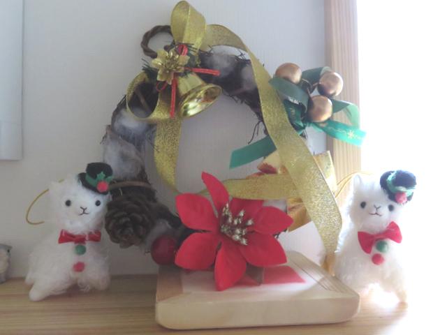 クリスマスリースとアルパカ