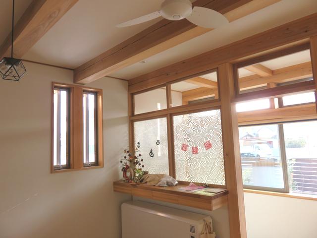 明るい陽が入った室内窓