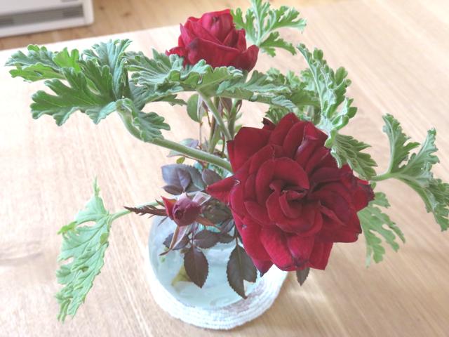 ミニバラを生けた花瓶