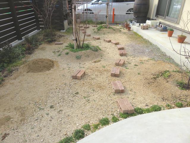 庭にレンガを並べた画像