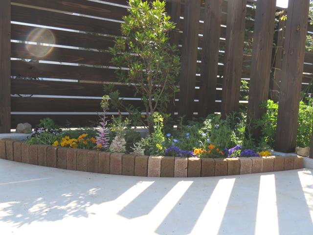 改造したコーナー花壇