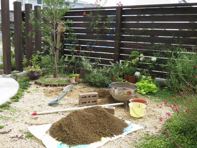 庭の穴掘り現場