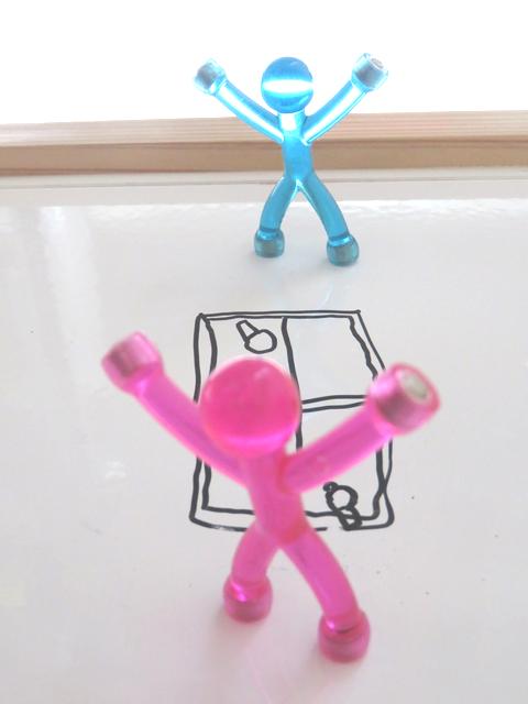 卓球をしている人形の画像