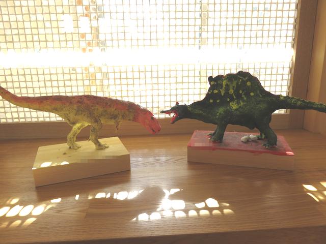 恐竜フィギュア教室の作品ティラノサウルスとスピノサウルスの画像