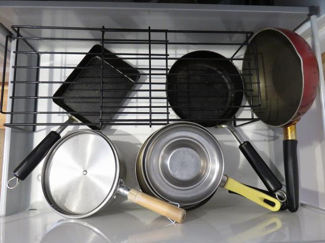 ごちゃごちゃしたシステムキッチンの収納の画像