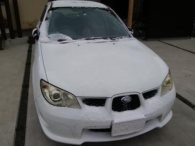 フロントに着雪した車の画像