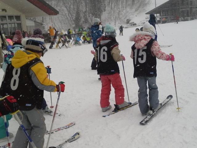 スキー教室に参加している子供の様子