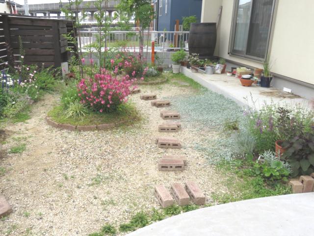 庭に並べられたレンガの様子