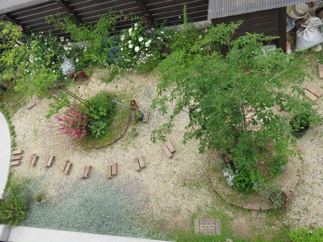 庭に並べられたレンガを上から見た様子