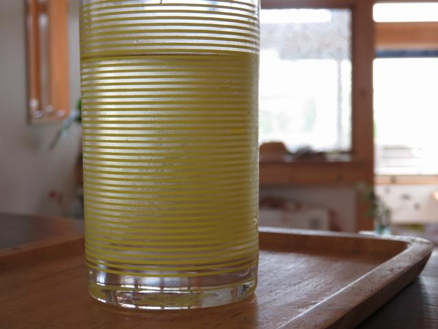 梅シロップを冷水で割ったグラスの画像