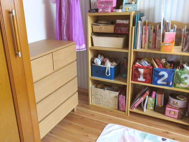 オーク材チェスト4段ワイドを置いた子供部屋の様子