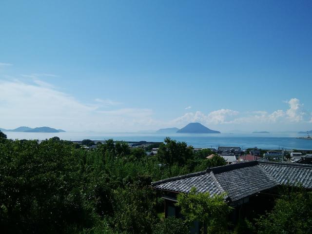風車の丘の駐車場から見える瀬戸内海の風景