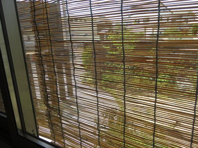 スダレがかかった窓辺の画像