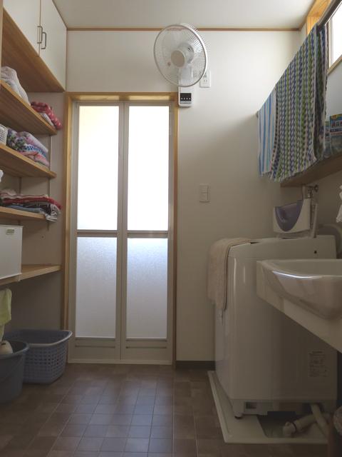 壁掛け扇風機が取り付けられた洗面所の画像