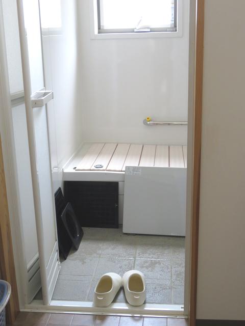 お風呂場で干している換気扇の部品