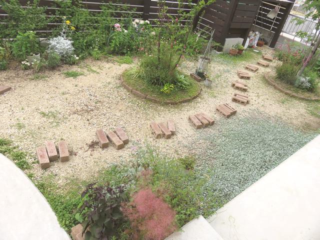 レンガを並べた状態の庭