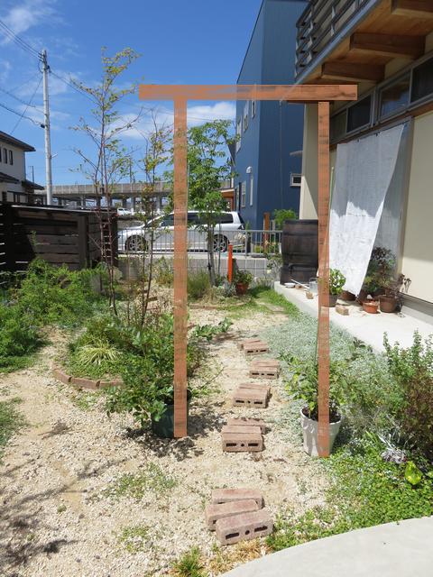 8月の庭の風景にパーゴラを書き足したもの