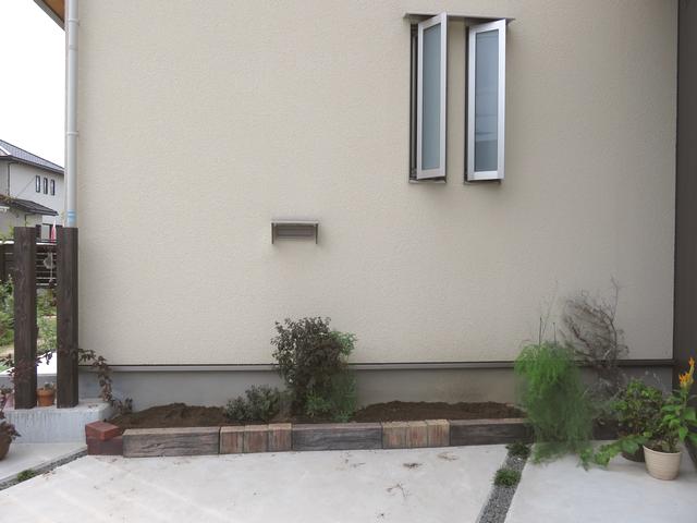 駐車場花壇の植物を抜いた様子