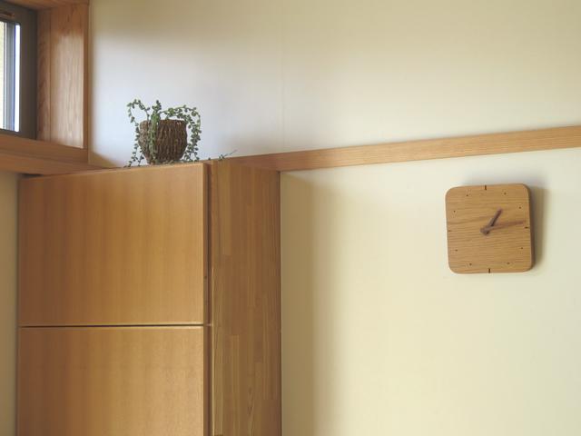 居間の造作棚と掛け時計