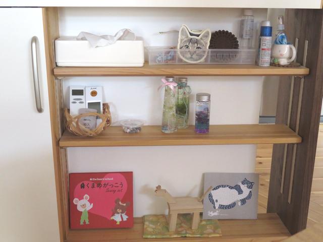 キッチンカウンター下の飾り棚