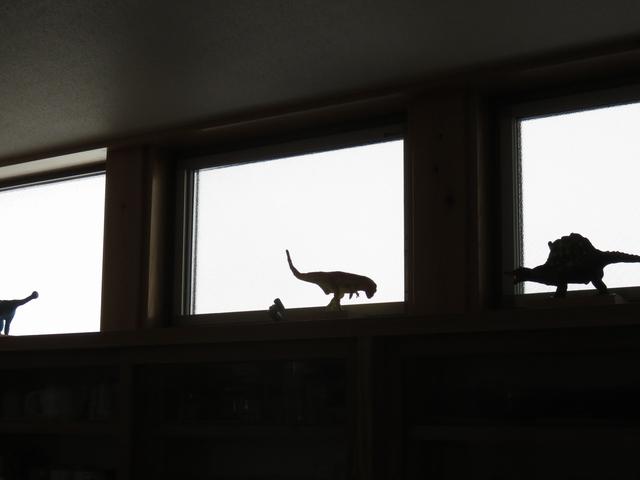 窓枠に置いた恐竜フィギュア