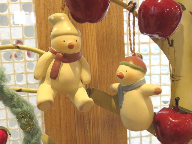 卓上のクリスマス飾りのアップ RUSS 素焼きのクリスマスオーナメント