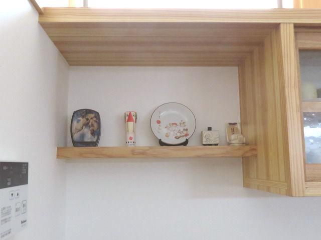 絵皿などを飾った小さな棚