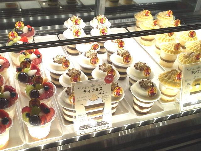 ショーケースに並んだ美味しそうなケーキ