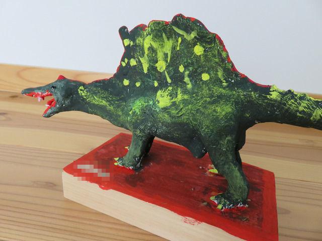 横から見た恐竜の粘土細工