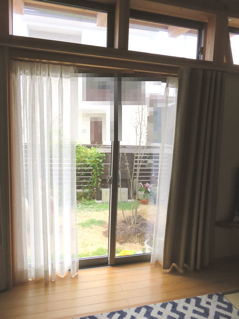 居間のガラス越しの庭