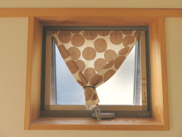 布をゴムでまとめたものを垂らした窓