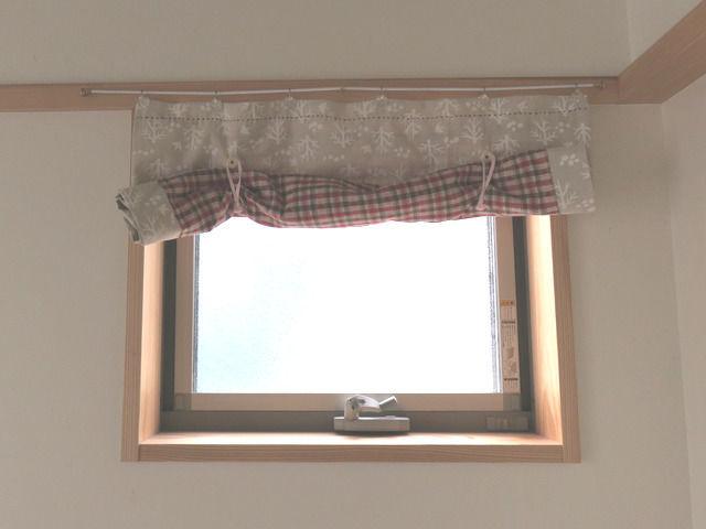 紐で巻き上げられた状態のカーテン