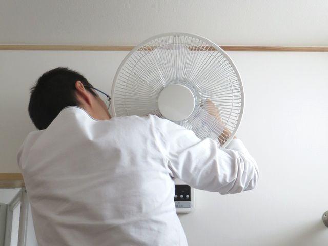 扇風機本体を取り付ける様子
