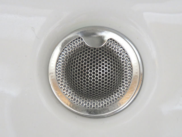 三栄水栓の洗面器ゴミ受 PH3920を排水口に設置した画像