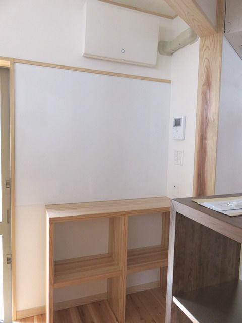 キッチン造作収納と掲示板