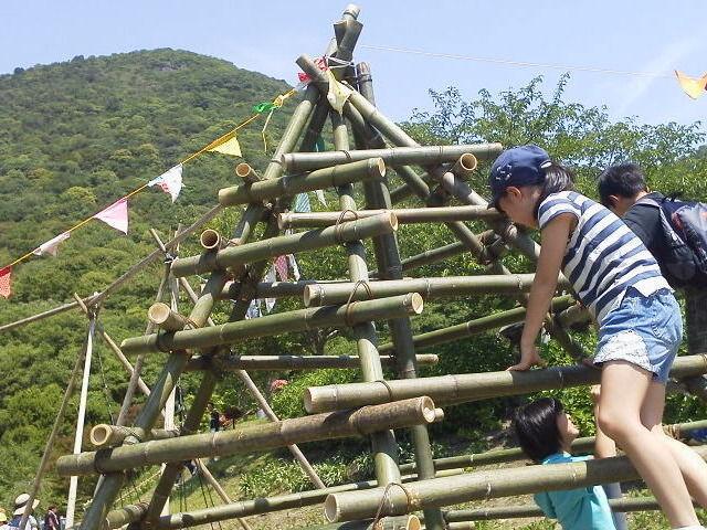 善通寺フラワー&ガーデンフェスタ2018 竹のジャングルジムで遊ぶ様子