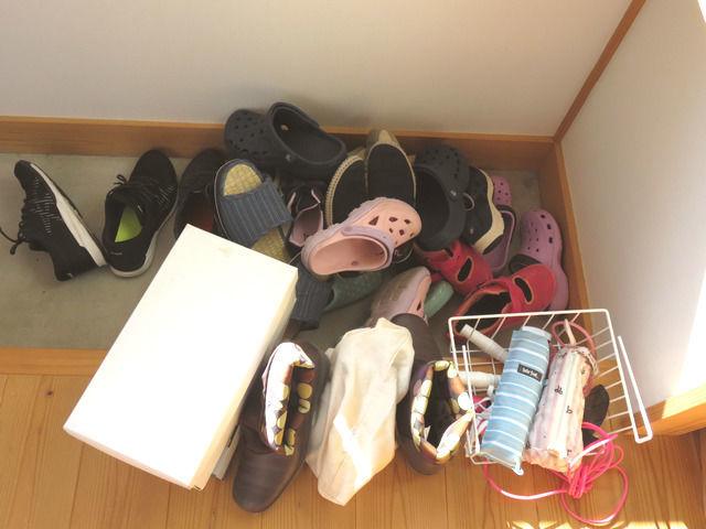 三和土に積み上げた靴