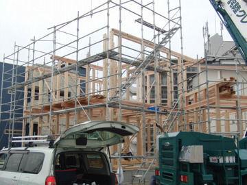 2階の柱も建て始めた様子