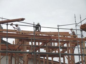 棟上げ作業開始