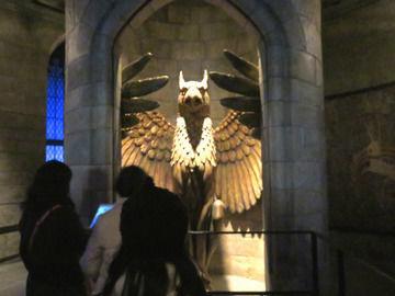 ハリーポッターエリア・ホグワーツ城の内部グリフィンの像