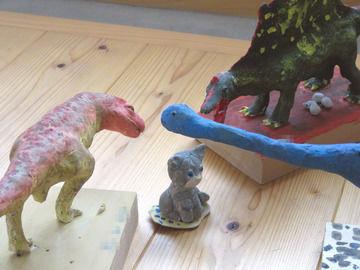 3体並んだ恐竜フィギュアたち