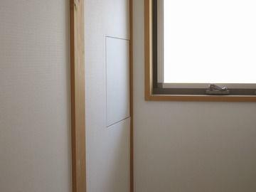 階段の明り取りの窓の横壁にある小さな扉