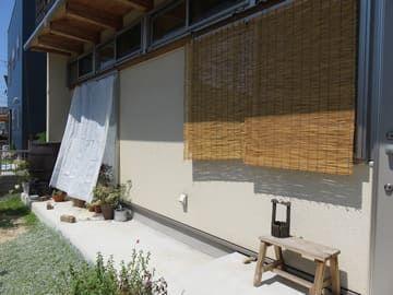 日よけ用に遮光ネットを吊った家の外観