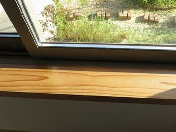 西日の時間帯の遮光ネットなしの窓辺