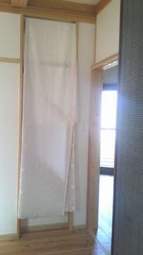 壁の隙間を布でふさいだ状態