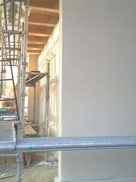 塗装工事中の外壁